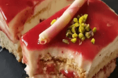 Çilek Soslu Bisküvili Pasta
