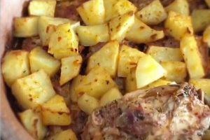 Güveçte Patatesli Tavuk Kalçası Tarifi